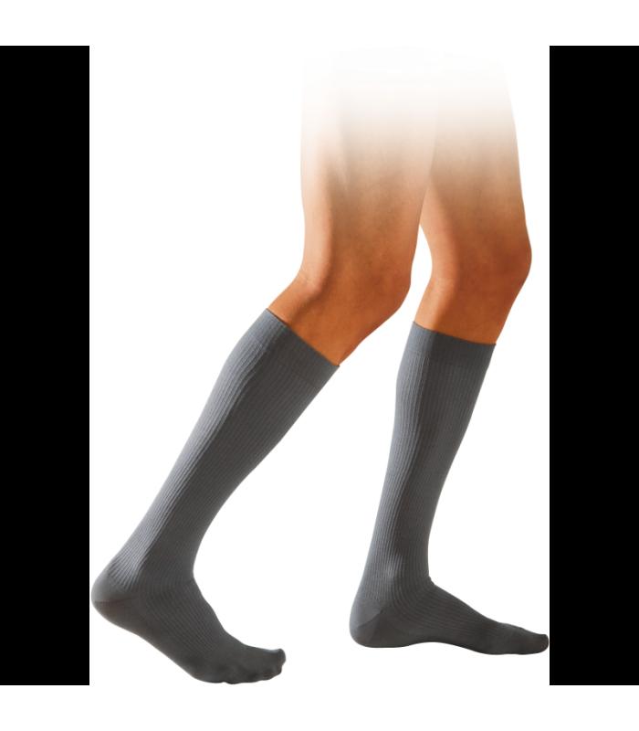 Chaussettes de contention pour hommes de la gamme Initial de Sigvaris. Coloris Nickel