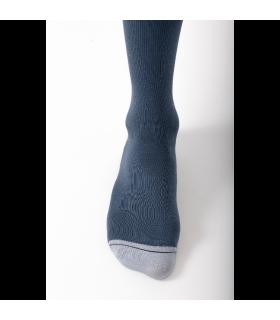Zoom sur la pointe de la chaussette de contention de la gamme Urban Colors de Sigvaris. Coloris bleu/gris clair