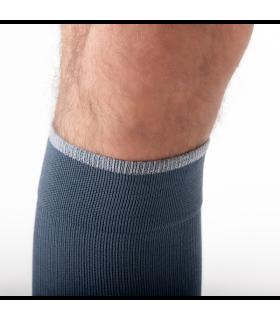 Zoom sur le revers de la chaussette de contention de la gamme Urban Colors de Sigvaris. Coloris bleu/gris